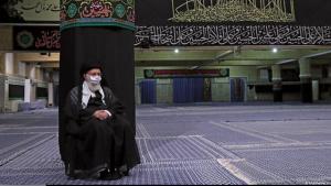 Irans geistlicher Führer Ali Khamenei während einer Muharram-Trauerfeier mit Mundschutz; Foto: khamenei.ir