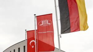 Fahnen der Ditib, der Türkei und Deutschlands vor einem Moscheegebäude in Aachen; Foto: dpa