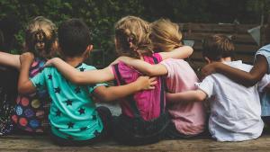 Symbolbild solidarischer Schulterschluss von Grundschulkindern in Deutschland; Foto: Getty Images