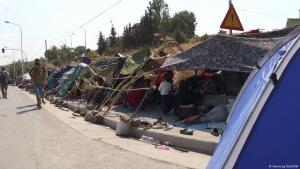 Geflüchtete errichten provisorische Zelte an einer Straße in Lesbos; Foto: Henning Goll/DW