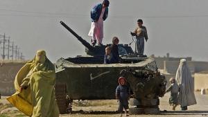 Verlassener Panzer aus der Zeit der sowjetischen Invasion Afghanistans in Mazar-e-Sharif; Foto: AP