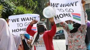 """Dem Arbeitgeber ausgeliefert: Das viel kritisierte """"Kafala-System"""" im Libanon verbindet ein Arbeitsvisum für Migranten mit dem Namen des Arbeitgebers. Dieser """"Kafil"""" gilt als Bürge und Sponsor und ist auch juristisch verantwortlich. Manche Arbeitgeber nehmen den Frauen sogar die Pässe weg. Auch sexualisierte, physische und psychische Gewalt sind nicht selten. Daher protestieren die Frauen und wollen zurück in ihre Heimat."""