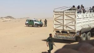 Algerische Polizisten transportieren Flüchtlinge an die Grenze zum Niger; Foto: dpa