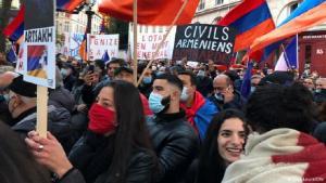 Armenier in Frankeich demonstrieren gegen die Militäroffensive Aserbaidschans in Berg-Karabach; Foto: Lisa Louis/DW