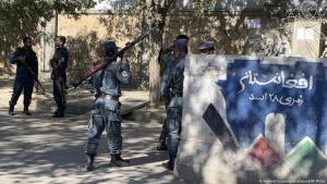 Afghanistan nach den Anschlägen auf Bildungseinrichtungen: Afghanische Polizisten sichern einen Zugang zu der Hochschule in Kabul. Foto: Rahmat Gul/Picture Alliance/AP Photo