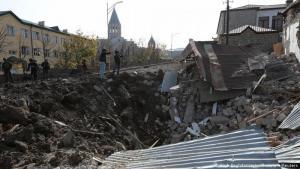 Wohnviertel in Schutt und Asche: Armenien und Aserbaidschan werfen sich gegenseitig vor, gezielt zivile Ziele zu bombardieren, wie in der Stadt Schuscha in Berg-Karabach. Auch ihre berühmte Kathedrale aus dem 19. Jahrhundert wurde Anfang Oktober in Teilen zerstört. Nach Angaben der Behörden in Berg-Karabach sind aserbaidschanische Truppen bereits bis auf wenige Kilometer an die strategisch wichtige Stadt herangerückt.