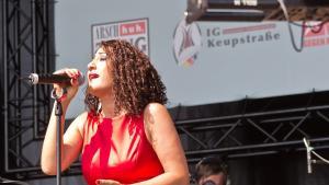 Aynur Doğan beim Live-Auftritt in Köln, Juni 2014. Foto: © Raimond Spekking / CC BY-SA 4.0 (via Wikimedia Commons)