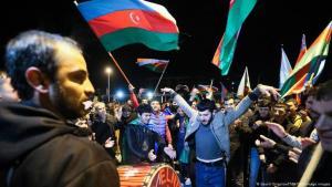 Männer jubeln mit aserbaidschanischen Flaggen über die vereinbarte Waffenruhe in Berg-Karabach (Gavriil Grigorov/ITAR-TASS/imago images)