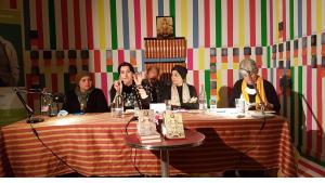 """Auf ihrer Lesereise durch Deutschland berichteten die irakischen Autorinnen Rola Buraq, Azhar Ali Hussein und Amal Ibrahim (von links) über ihr Schreiben und die aktuellen Entwicklungen im Irak. Birgit Svensson (rechts) ist die Initiatorin des """"Inana""""-Netzwerks, im Hintergrund Übersetzer Günther Orth. Foto: Christopher Resch"""