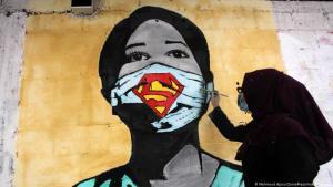 Eine Künstlerin warnt mit einem Graffiti vor den Gefahren des Corona-Virus; Foto: Mahmoud Ajjour/Zuma Press/imago/Images