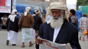 Jemen. Ein Mann liest eine arabische Zeitung. Foto: picture alliance/dpa/Y. Arhab