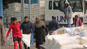 Palestinensische Flüchtlinge erhalten Hilfspakete in einem Zentrum der Vereinten Nationen zur Verteilung von Lebensmitteln in Khan Yunis im südlichen Gazastreifen, Januar 2018; Foto: picture-alliance/Zuma/A. Amra