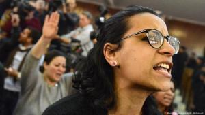 Die ägyptische linke Menschenrechtsanwältin und Aktivistin Mahienour al-Masry (R), die selbst 2019 verhaftet wurde, während des Urteils gegen Alaa Abdel-Fattah, einen der 25 inhaftierten Aktivisten der Revolution vom 25. Januar in Ägypten, an der Kairoer Polizeiakademie in Kairo, Ägypten, Februar 2015. (Foto: picture-alliance/AA/Mohamed Mahmoud)