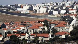 In Sichtweite: Die israelische Siedlung Pisgat Zeev (im Vordergrund) und die palästinensische Stadt Anata (Foto: Getty Images/AFP/A. Gharabli)