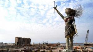 Die libanesische Künstlerin Hayat Nazer hat gegenüber von der Explosionsstelle am Hafen eine Statue aus zerbrochenem Glas, Metall- und Trümmerstücken errichtet. Die Uhr zeigt die Zeit der Explosion an: 18.08 Uhr. Foto: Andrea Backhaus