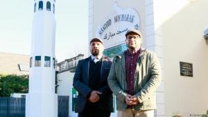 """""""Macrons Sätze stigmatisieren uns"""": Irfan Thakar (r) und Omar Ahamad (l) vor der Ahmadiyya-Gemeinde in Saint-Prix;  Foto: Lisa Louis/DW"""