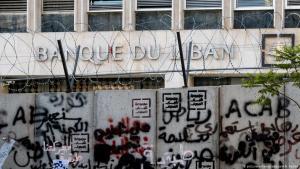 Stacheldraht und eine mit Graffiti bedeckte Mauer vor der Zentralbank des Libanon; Foto: picture-alliance/abaca/A. A. Rabba