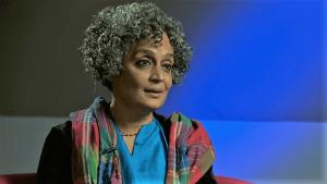 Die indische Autorin Arundhati Roy (Quelle: YouTube; nationalheraldindia.com)