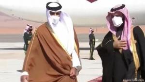 Der saudische Kronprinz Mohammed bin Salman (rechts) und Katars Emir Tamim al-Thani (links) am Flughafen von Al-Ula. (Foto Saudi TV /Reuters)