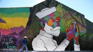 """Kapstadts sogenannter """"Woodstock""""-Bezirk ist bekannt für seine besonderen Hip-Hop-Qualitäten und wohl eine der besten Street Art Locations Südafrikas. Hier erstrahlt das farbenfrohe Wandbild eines gläubigen Muslims in dem multikultur. (Foto: Pascal Mannaerts)"""