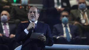 Der ägyptische Präsident Abdel Fattah al-Sisi (vorne) hält eine Rede auf der Tribüne vor dem Eröffnungsspiel der Handball-Weltmeisterschaft der Männer 2021 zwischen den Mannschaften der Gruppe G, Ägypten und Chile, in der Sporthalle des Kairoer Stadions in der ägyptischen Hauptstadt am 13. Januar 2021. Foto: Getty Images/AFP/Pool/Mohamed Abd El Ghany