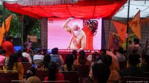 TV-Übertagung der Zeremonie: Auf dem Bildschirm ist Indiens Regierungschef Narendra Modi zu sehen. (Foto: Getty Images/AFP/P. Sing)
