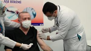 Der türkische Präsident Recep Tayyip Erdogan hat sich vor laufenden Kameras gegen das Coronavirus impfen lassen; Foto: Murat Cetinmuhurdar/Presidential Press Office/REUTERS