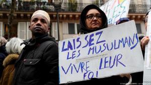 """Auf dem Plakat einer Demonstrantin gegen Islamophobie in Paris steht: """"Lasst Muslimen ihren Glauben"""".Foto: Getty Images/ AFP"""