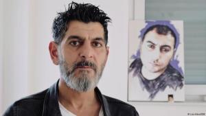 Terror in Hanau. Initiative 19. Februar. In Cetin Gültekins Wohnung erinnert ein gemaltes Bild an seinen Bruder Gökhan. Foto: DW