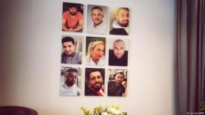 """In der """"Initiative 19.Februar"""" sind Fotos aller Opfer von Hanau an der Wand angebracht. Foto: Lisa Hänsel/ DW"""