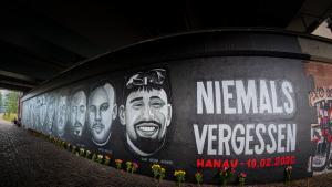 Ein Jahr nach dem Anschlag in Hanau: Unter der Friedensbruecke in Frankfurt erinnert ein 27 Meter langes Gedenk-Graffiti an die Opfer des Anschlags in Hanau am 19. Februar 2020. (Foto: picture alliance / greatif / Florian Gaul).