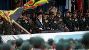 Irans Oberster Führer Ayatollah Ali Khamenei und General Hossein Salami, Chef der Revolutionsgarden, nehmen am 13. Oktober 2019 an einer Abschlussfeier für Kadetten des Korps der Islamischen Revolutionsgarden (IRGC) in der Imam-Hussein-Universität in Teheran, Iran, teil. Foto: picture-alliance/Abaca Press/SalamPix