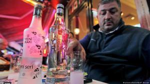 Türkei: Mann trinkt Raki in einem Istanbuler Meyhane (Foto: picture-alliance/dpa/T. Beyoglu)