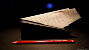 Rotstift und Papierflieger aus der Berliner Rauminstallation von Can Dündar. Pressebilder SİLİVRİ. prison of thought – (Foto: Ute Langkafel/ MAIFOTO )