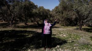 Entschlossen, ihr Land und ihr Dorf zu retten, hat Demirel, eine 64-jährige Großmutter, es im Alleingang mit den Betreibern einer Kohlemine aufgenommen. Sie wollen das Kohlebergwerk erweitern, das eines der größten Kraftwerke der Türkei versorgt.