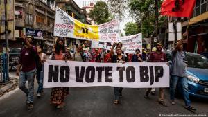 """Kalkutta, Westbengalen, Indien:Junge Demonstranten marschieren, während sie ein Transparent mit der Aufschrift """"No Vote TO BJP"""" während der Anti-BJP-Kundgebung am 10. März in Kalkutta, Westbengalen, Indien, halten. Foto: Dipayan Bose/Zumapress/picture alliance"""