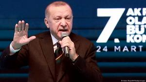 Recep Tayyip Erdogan spricht zu seinen Anhängern während einer politischen Versammlung seiner Regierungspartei AKP, in Ankara, 24. März 2021; Foto: Adem Altan/AFP/Getty Images