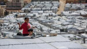 Syrische Jungen spielen auf dem Dach einer Unterkunft im Flüchtlingslager Barra nordöstlich der libanesischen Hauptstadt Beirut; Foto: Marwan Naamani/dpa/picture alliance