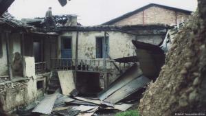 Ein Mann begutachtet Schäden an einem Baha'i-Haus im Dorf Ivel. Foto: Baha'i Persecution in Iran