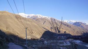 """Das Pandschschir (""""fünf Löwen"""") ist ein etwa 150 Kilometer nördlich von Kabul gelegenes Gebirgstal, das für seine landschaftliche Schönheit und seine stolzen Einwohner berühmt ist. Der Name der Region erinnert an eine Legende von fünf Brüdern, die im 10. Jahrhundert bei einer Flut die Wasser des großen Flusses aufgehalten haben sollen, der von West nach Ost einmal quer durch das Tal fließt. Heute führt eine neu gebaute Straße ins Pandschschir."""