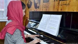 Die 18-jährige Afghanin Negin Khapalwak spielt Klavier. Foto: picture-alliance/dpa/M. Jawad