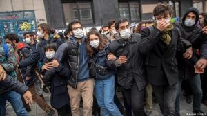 Demonstranten ziehen sich zurück, als türkische Polizisten während einer Demonstration zur Unterstützung der Studenten der Bogazici-Universität in Kadikoy in Istanbul eingreifen, 1. April 2021. Foto: Bülent Kilic/AFP