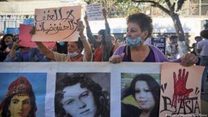 Algerische Aktivistinnen versammeln sich in der Hauptstadt Algiers, Algerien am 8 Oktober 2020, um gegen den brutalen Mord an einer 19-jährigen und weiteren 38 Frauen im letzten Jahre zu protestieren; Foto: Louiza Ammi/abaca/picture-alliance
