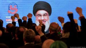 Hisbollah-Anhänger verfolgen eine Videobotschaft von Hisbollah-Generalsekretär Nasrallah