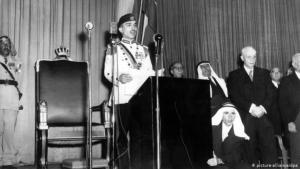 König Hussein von Jordanien spricht zur Wiedereröffnung des Parlaments 1957. (Foto: picture-alliance/dpa)