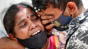 Tiefe Trauer: Angehörige eines verstorbenen COVID-Patienten trauern vor einem Krankenhaus im indischen Ahmedabad. In Indien weitet sich die Corona-Pandemie immer rasanter aus. Mehr als 330.000 Neuinfektionen binnen 24 Stunden – so viele gab es bislang in keinem anderen Land der Welt. Damit haben sich allein in den vergangenen vier Tagen mehr als eine Million Menschen in Indien mit dem Virus infiziert.