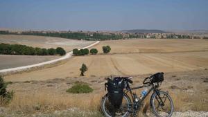 Abgestelltes Fahrrad am Wegesrand am Sufi-Trail; Foto: Marian Brehmer