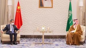 Ein Handout-Bild, das vom saudischen Königspalast zur Verfügung gestellt wurde, zeigt den chinesischen Außenminister Wang Yi (L), der sich mit dem saudi-arabischen Kronprinzen Mohammed bin Salman in der Hauptstadt Riad trifft, am 24. März 2021. Foto von BANDAR AL-JALOUD / Saudi Royal Palace / AFP