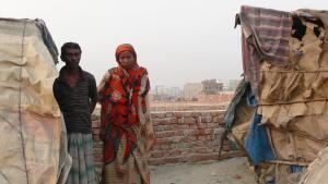 Jahangir Alam und seine Frau Farida vor ihrer Slum-Wohnung in Dhaka, Bangladesch. Foto: Dominik Müller