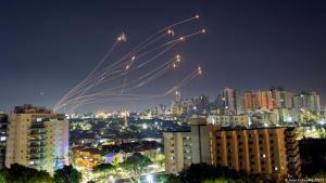 Israel – Raketen werden von der Eisernen Kuppel abgefangen, Ashkelon; Foto: Amir Cohen/Reuters